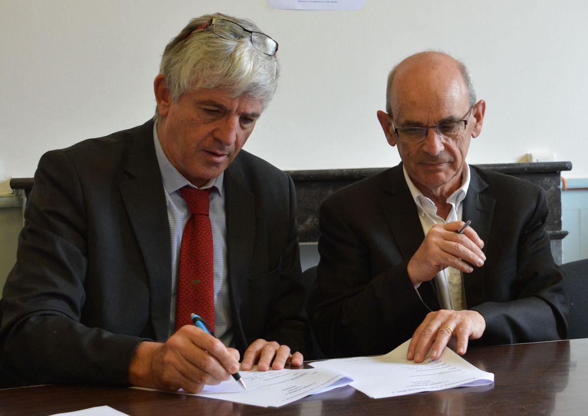 Bernard Uthurry et Yves Darrigrand apposent leur signature