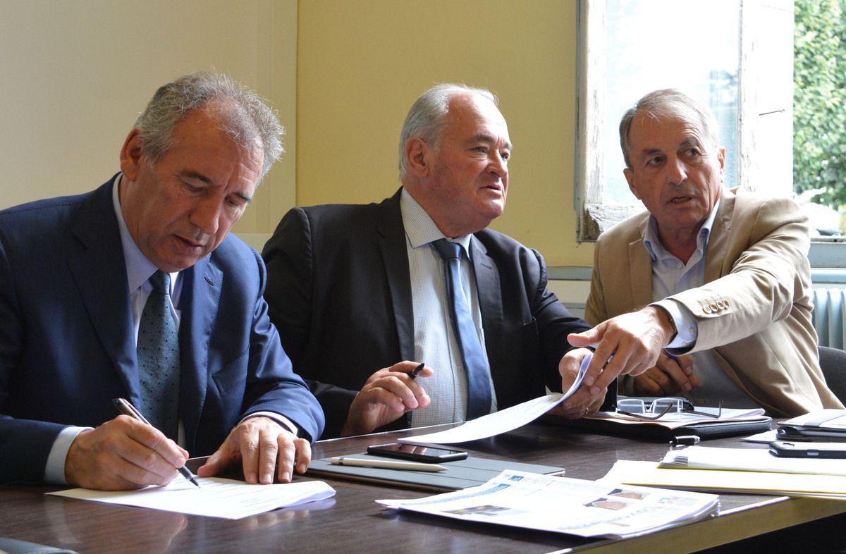 François Bayrou, Jean-Jacques Lasserre et Jacques Cassiau-Haurie procèdent à la signature