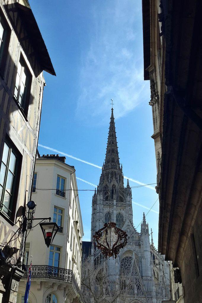Derrière la Cathédrale le quartier Saint-Maclou des artisans d'art et des antiquaires
