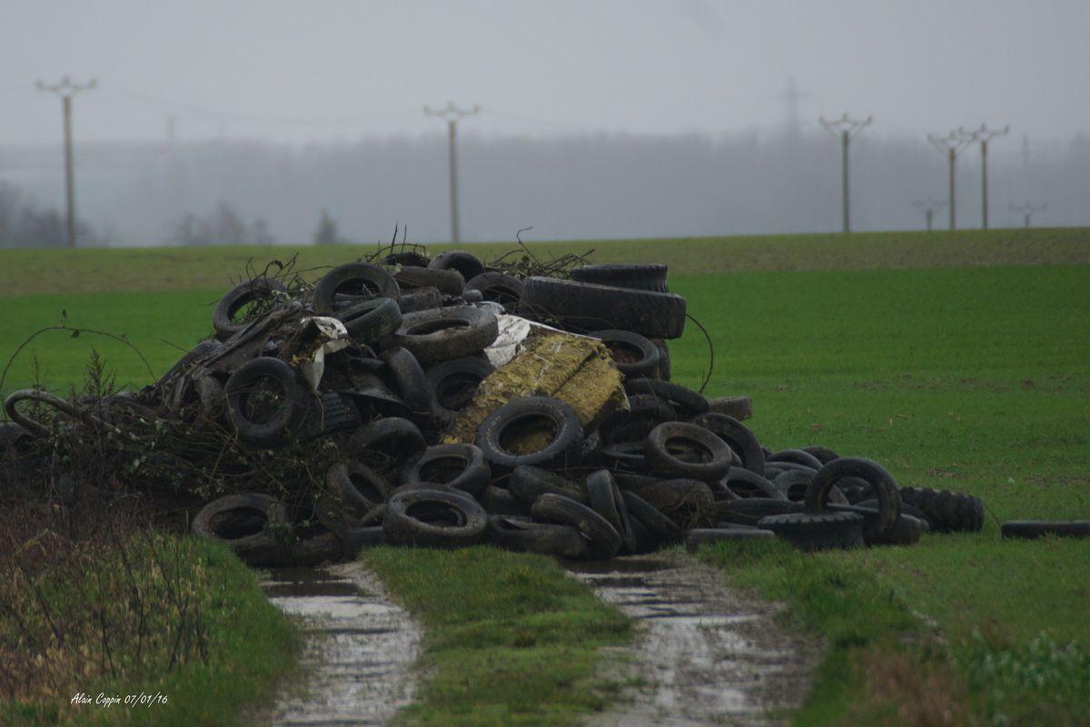 Honteux !! dépôt sauvage dans un chemin agricole..... Steenbecque 59189