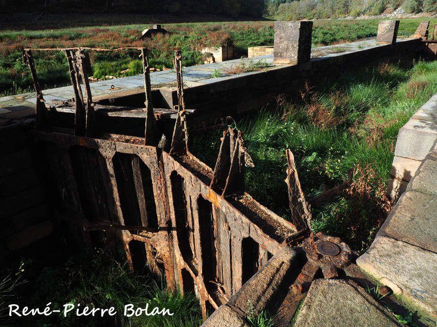 Etonnant que les portes des écluses n'aient pas toutes été démontées avant la mise en eau du lac. (Ecluse de Toul Houët ?)