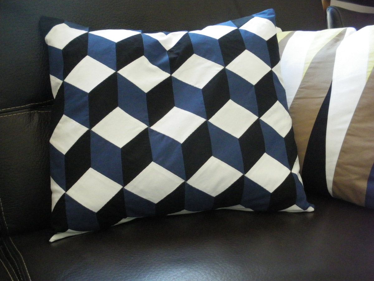coussin g om trique noir bleu et blanc le blog de. Black Bedroom Furniture Sets. Home Design Ideas