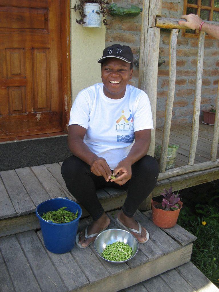 Olga à l'oeuvre pour la préparation du plat traditionnel de guandul.