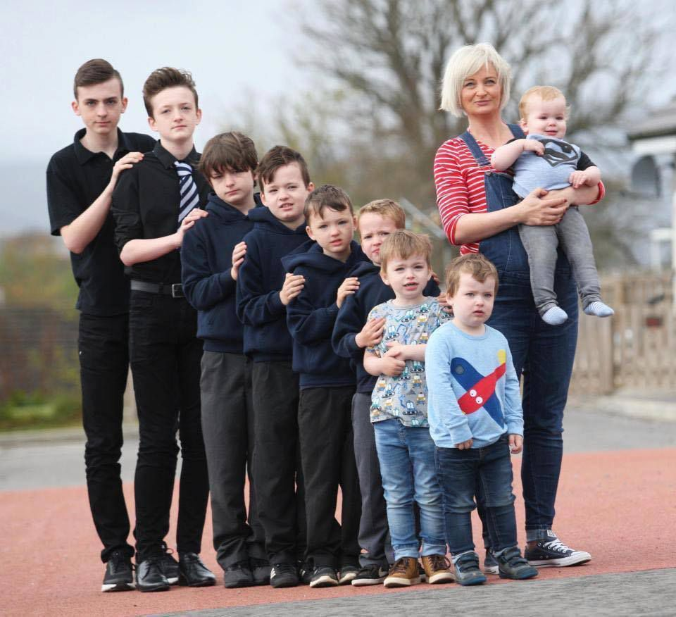 Maman de neuf garçons est enceinte à nouveau avec son DIXIÈME fils
