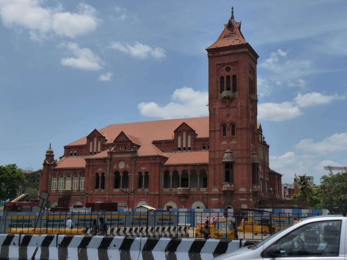 Chennai : le train, les voies, le quartier de Park station en plein travaux, la gare d'Egmore