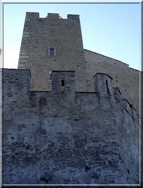 Rempart et tour carrée... Voila une construction médiévale