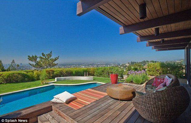 Scarlett Johansson and Ryan Reynolds have bought this $2.9 million home with stunning views over LA.