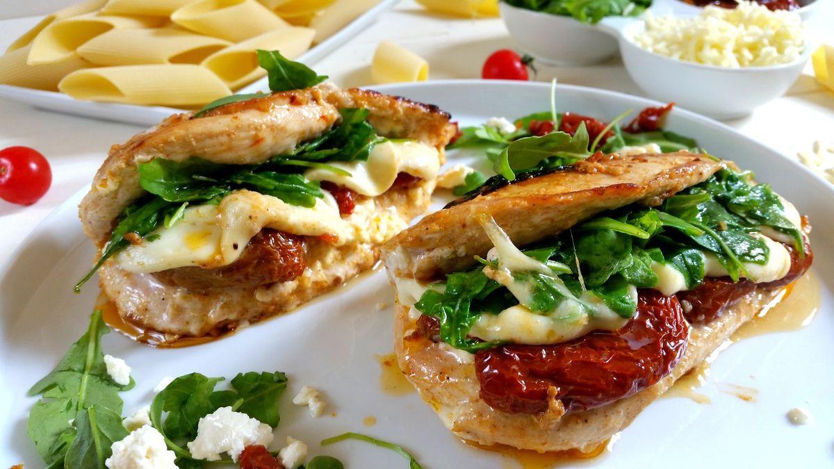 Blancs de poulet aux tomates séchées, roquette et fromages