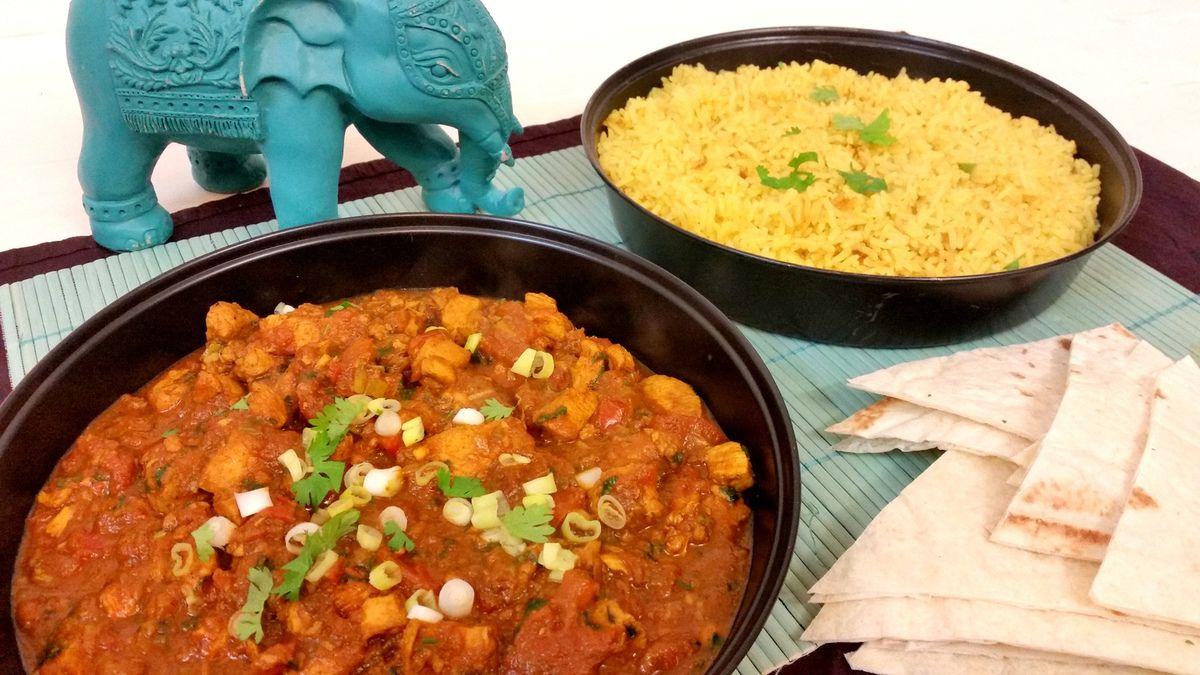 Curry indien de poulet et riz au curcuma