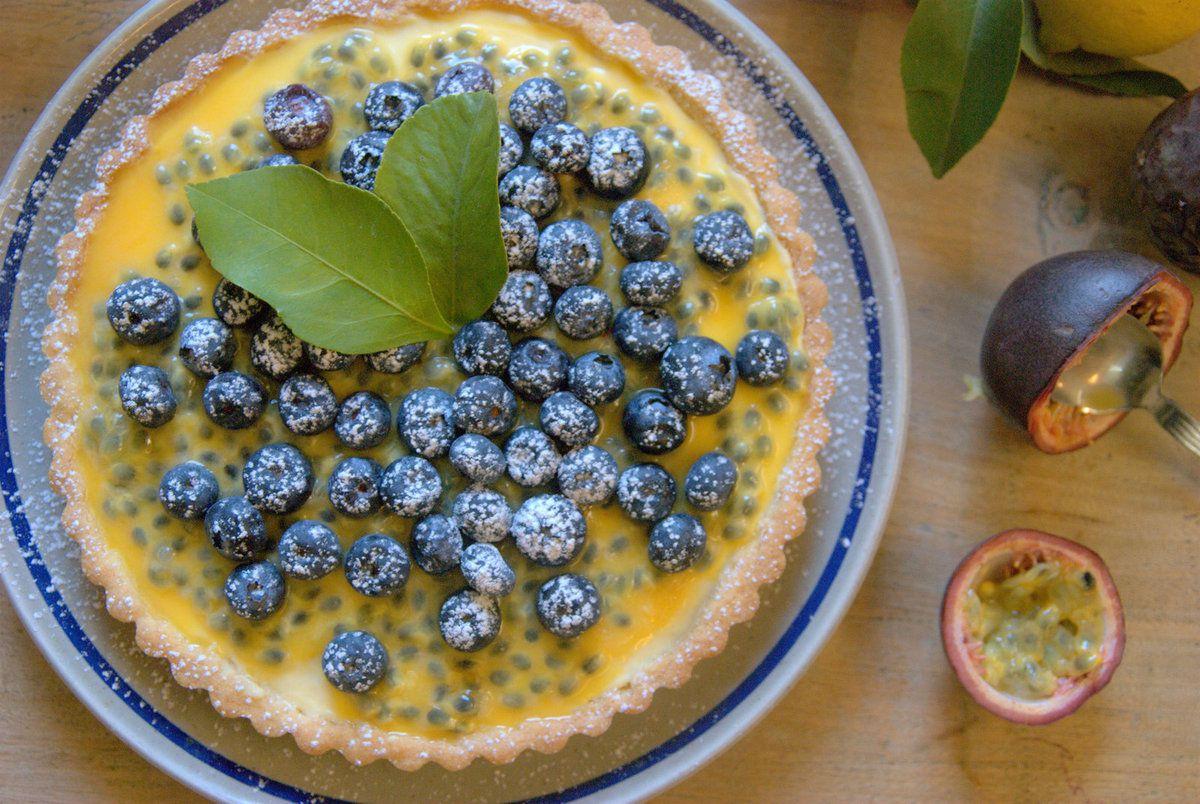 Tarte crémeux citron, fruits de la passion et myrtilles