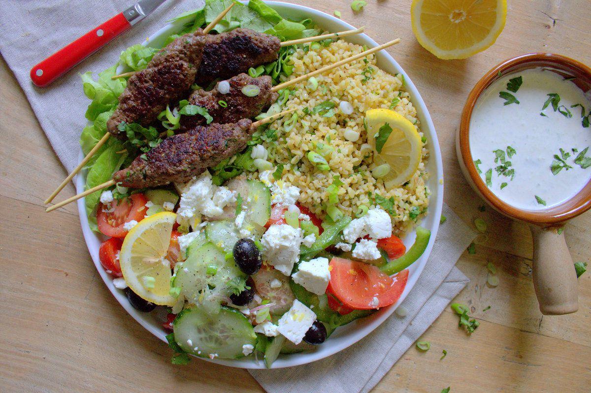 Brochettes de kofte, boulgour et salade de feta