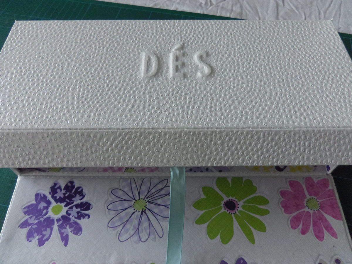Pour l'extérieur j'ai utilisé du skivertex blanc et des lettres en carton que j'ai embossées.