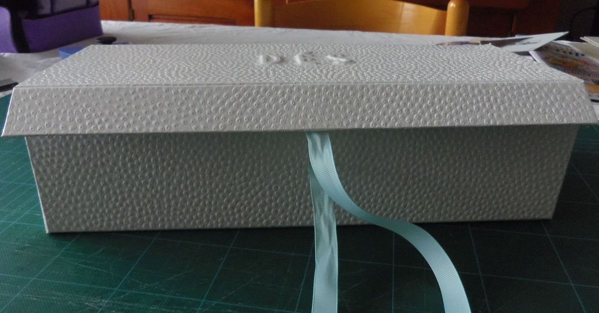 Le rabat étant trop court les aimants que j'ai incrustés dans le carton ne fonctionnent pas, j'ai donc mis des rubans pour la fermeture.