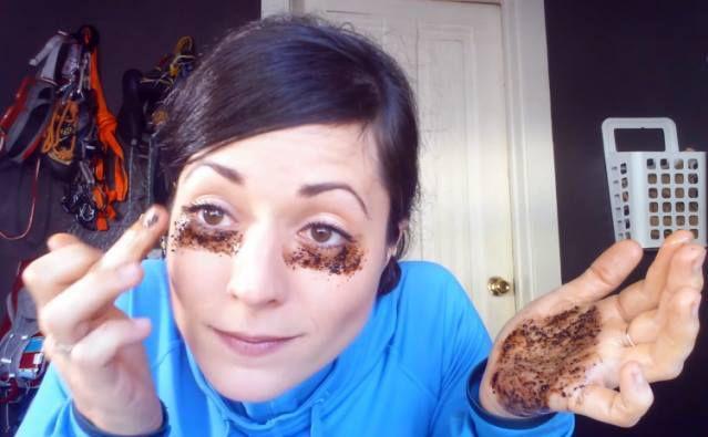 Elle met du café sous ses yeux pendant 10 minutes … Le résultat final est génial!