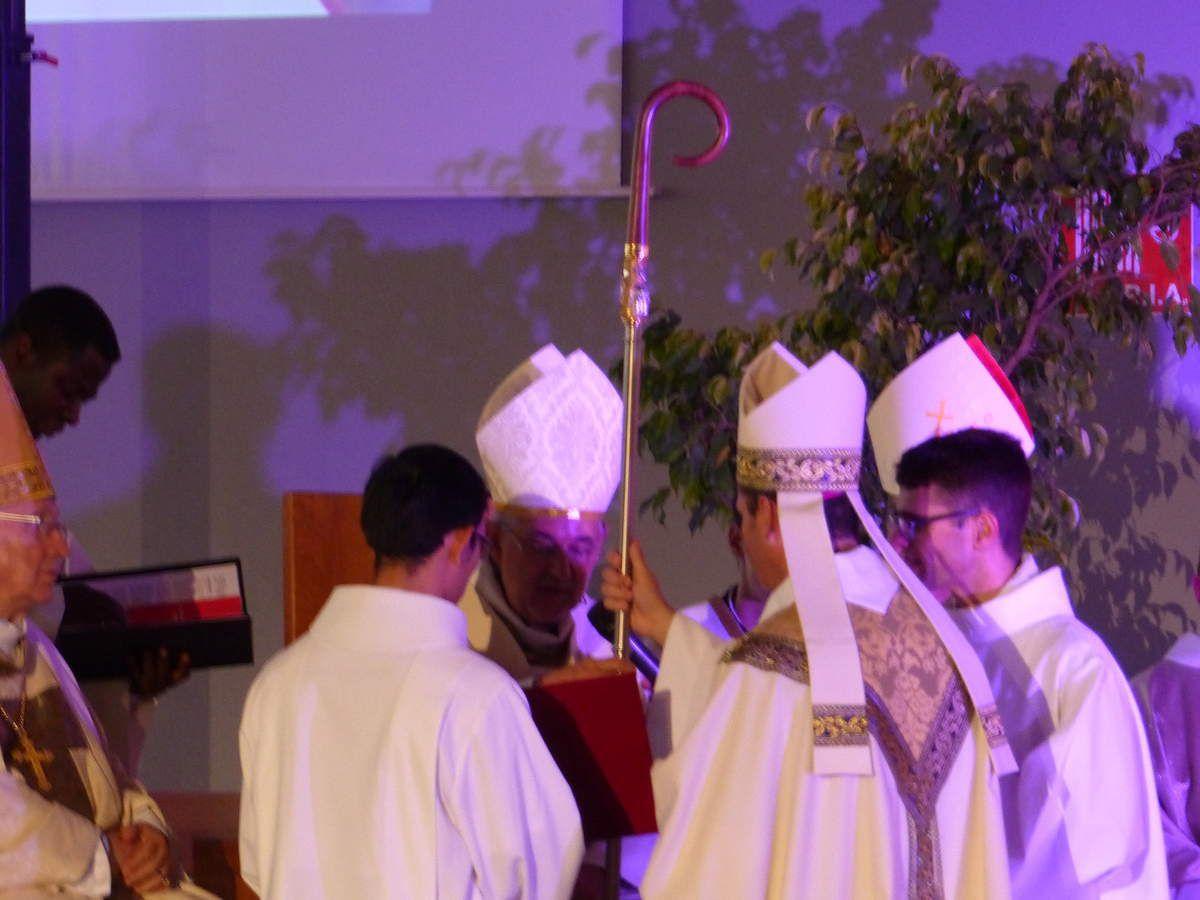 Aprés la remise de crosse et des symboles de sa charge, Didier Berthet est félicité par tous les évêques présents