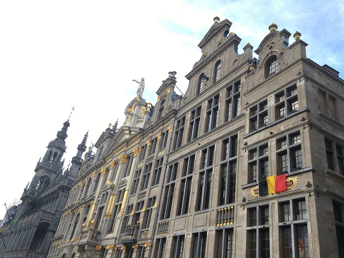 La Grande Place et la terrasse de la Chaloupe D'Or, lesGaleries Royales Saint-Hubert composées de la Galerie de la Reine, Galerie du Roi, et la Galerie des Princes