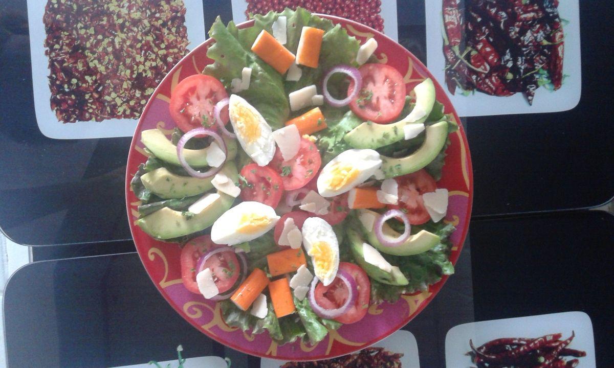 Salade avocat tomates oeuf surimi