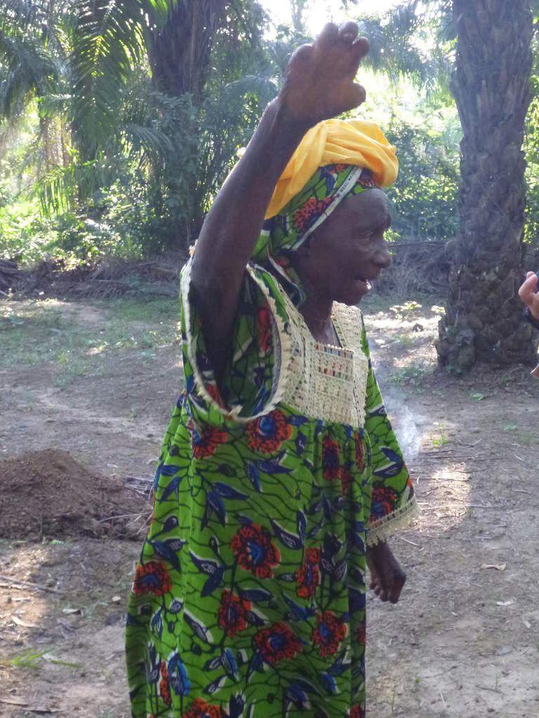 Ramatu Fornah, grande donna, madrina del programme, stimola le sowes a smettere le mutilazione