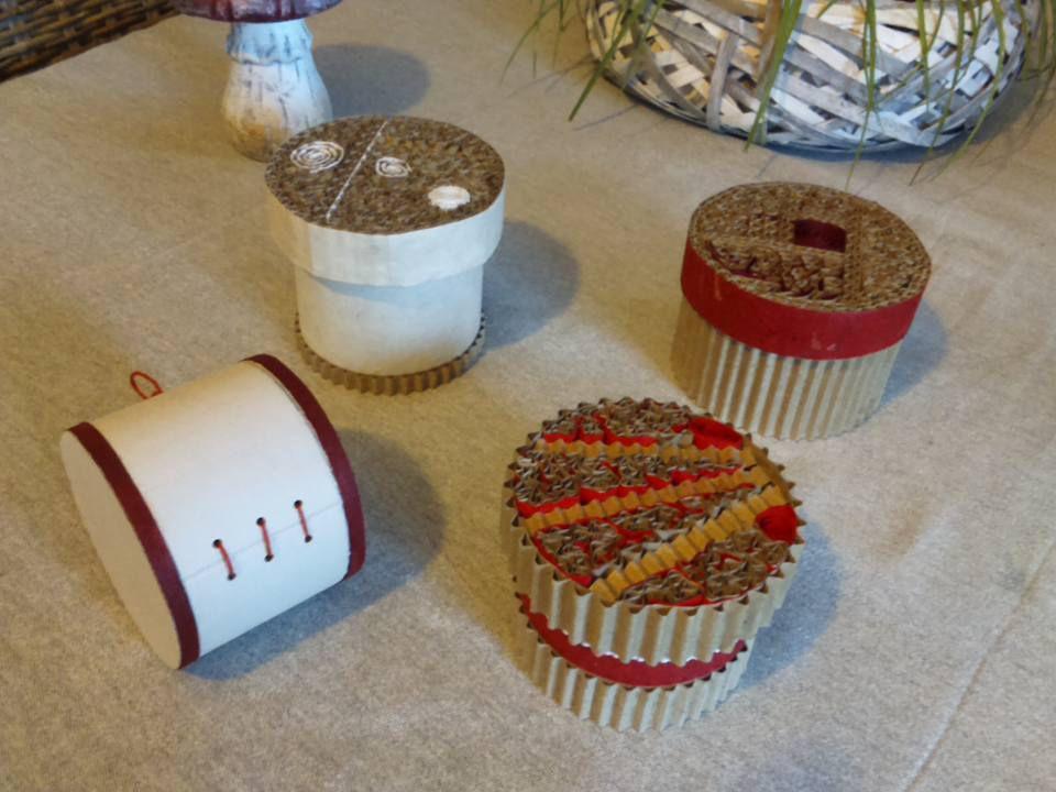 Création de petites boites ornées de dentelle de carton...