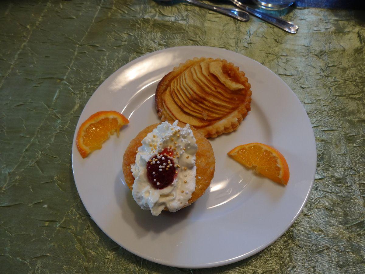 Dans l'assiette dessert avec tranches de mandarine et tartelette aux pommes