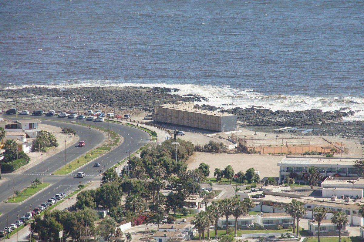 Ce parallélépipède sur la plage? Notre hôtel, fort bien placé dans cette région de tsunamis.