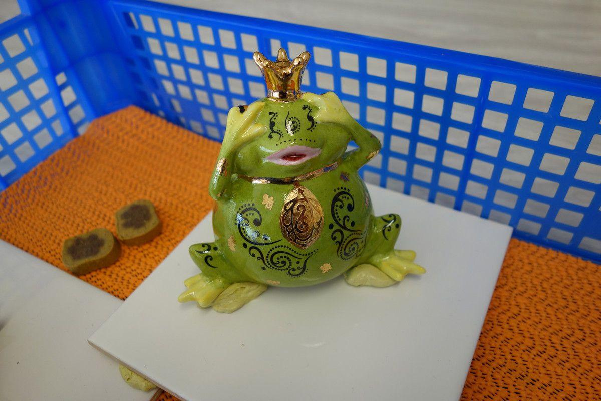 Voici les 3 reines grenouilles coiffées de leur belle couronne en or.