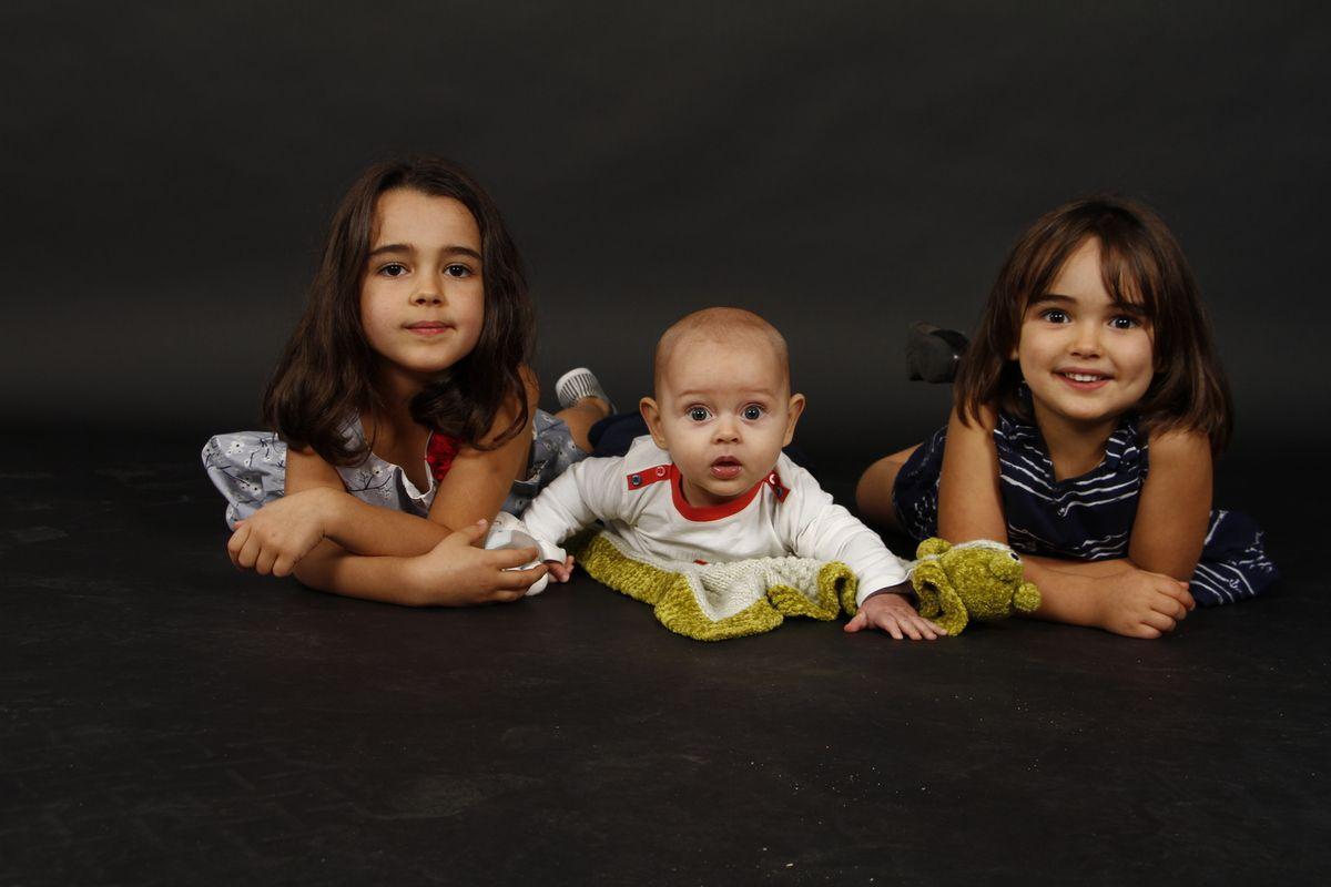 Un shooting photo pour Léandre, entouré de ses grandes sœurs et de ses parents...