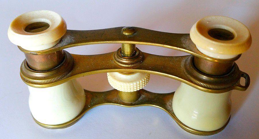 ancienne jumelle de th tre monture ivoire et m tal dor le cabinet du chineur. Black Bedroom Furniture Sets. Home Design Ideas