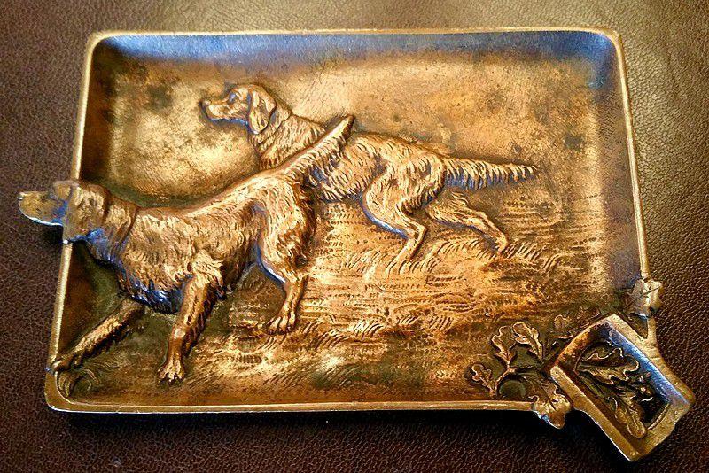 Ancien cendrier en bronze chiens de chasse en relief dans la végétation