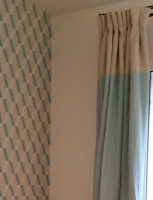 C'est le papier peint qui a déterminé le choix du tissu des rideaux sur mesure avec une tête beige