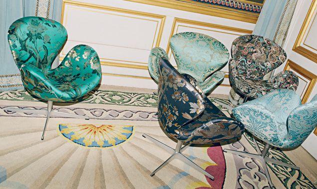 fauteuils Swan d'Arne Jacobsen recouverts de jacquard et velours