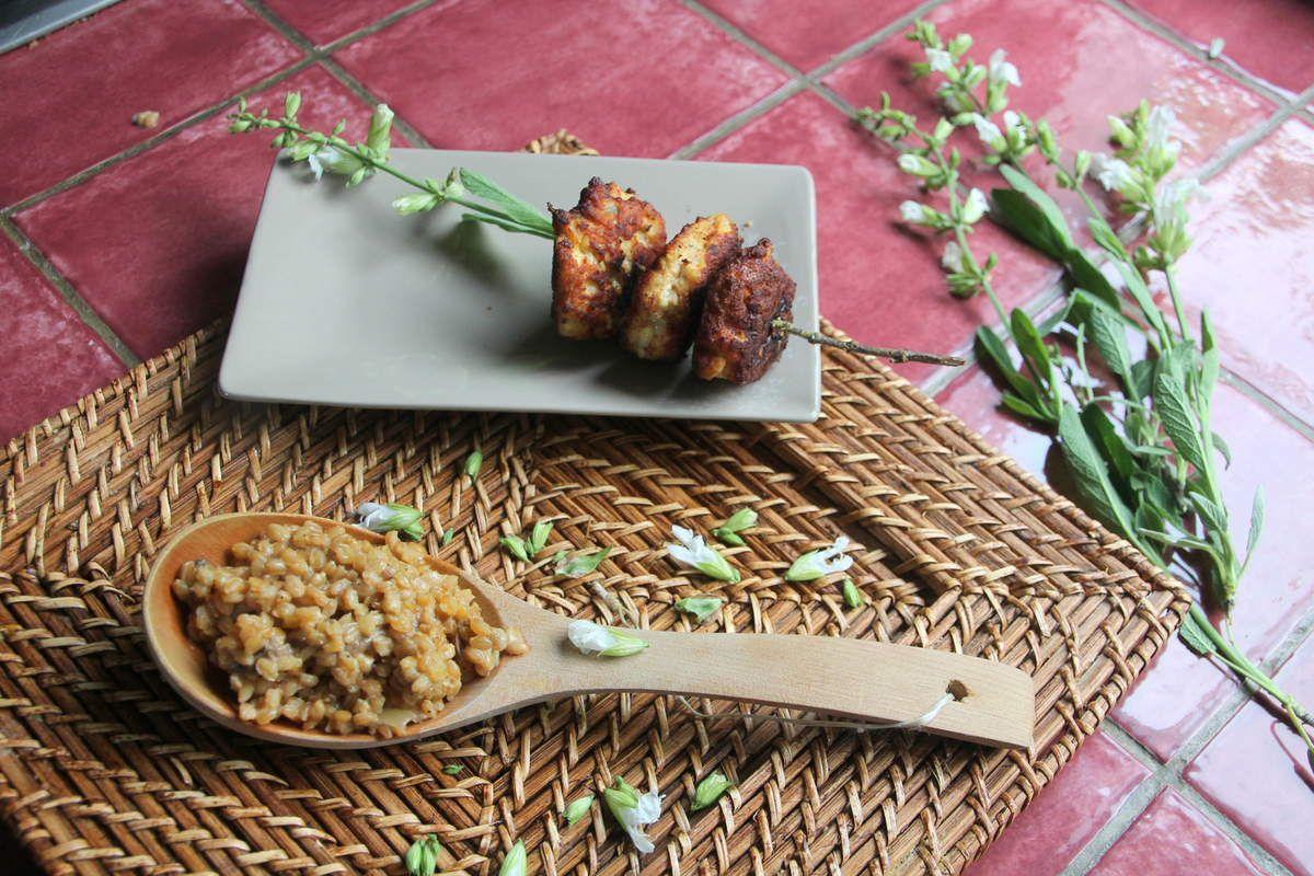 Risotto d'épeautre aux cèpes et brochettes de boulettes de poulet à la sauge