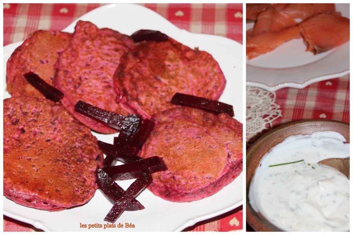 Pancakes roses à la betterave, saumon fumé et crème aux herbes