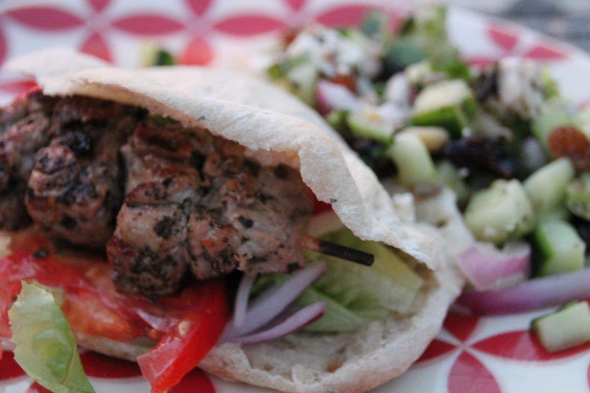 souvlaki, pain pita et salade de concombre aux graines fruits secs et feta - Grèce (7) Corfou