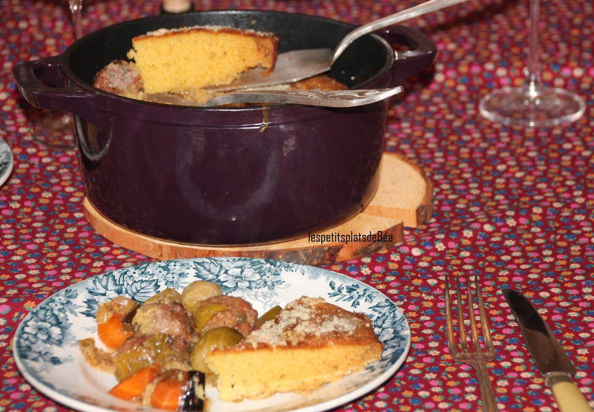 Cocotte aux boulettes et légumes fermée par un couvercle de pain à la polenta