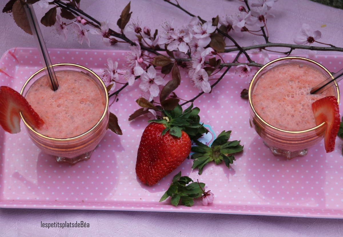 smoothie banane, fraises, baies de goji et graines de chia