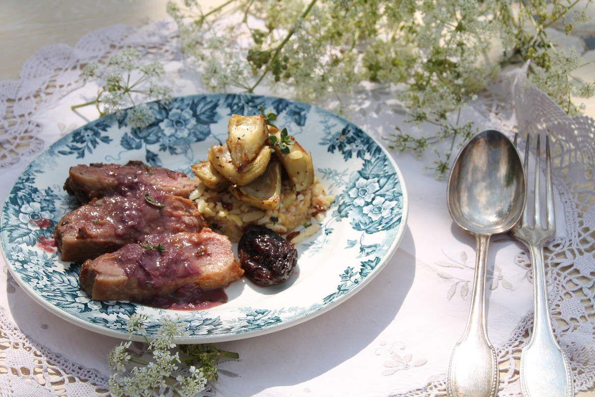 Magret de canard en croute de pruneaux, artichauts sautés aux 5 baies et céréales.