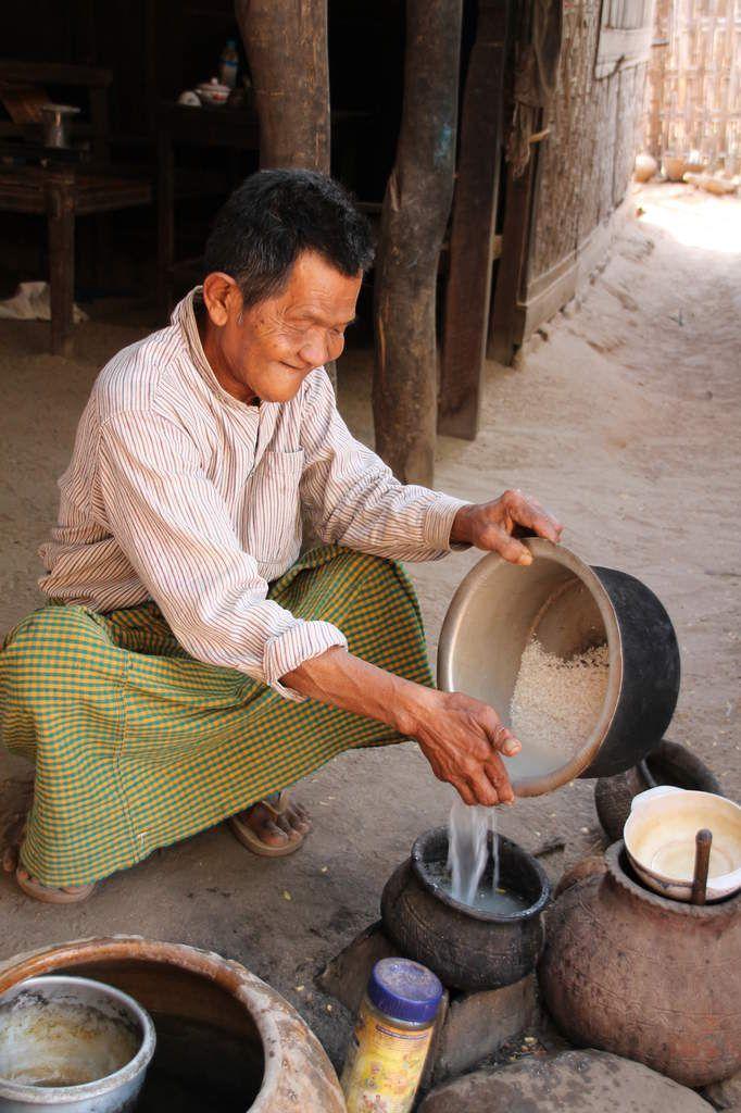 la cuisson du riz dans un village