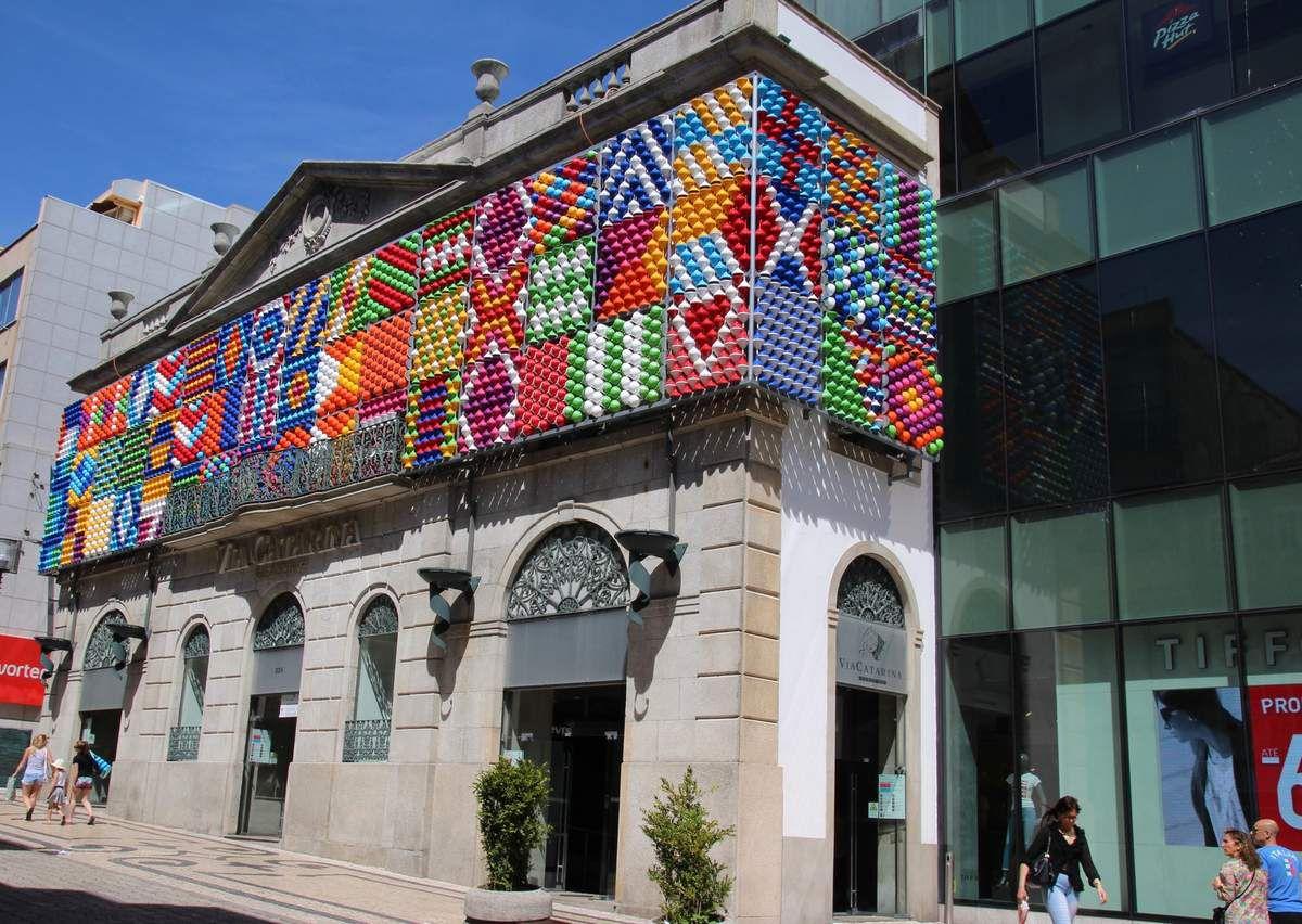Centre commercial de LA rue à boutiques franchisées