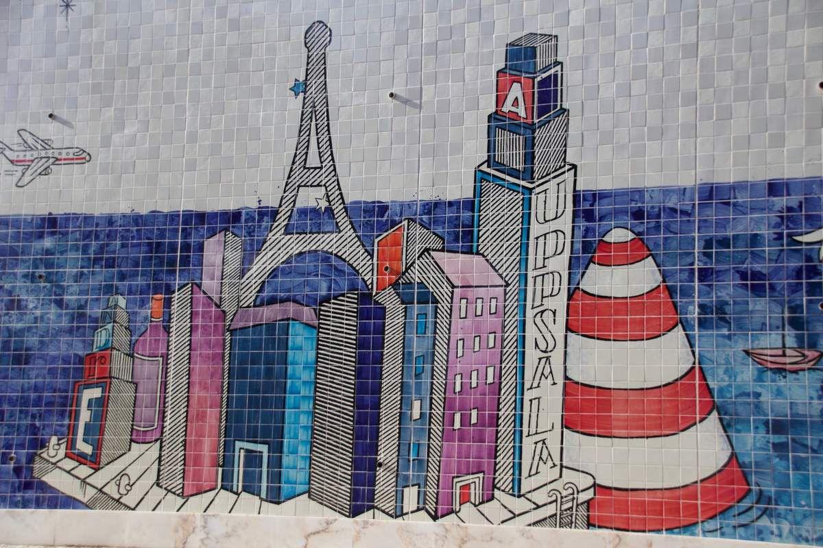 Murs encerclant le jardim Botto Machado, recouverts d'azulejos par l'artiste français André