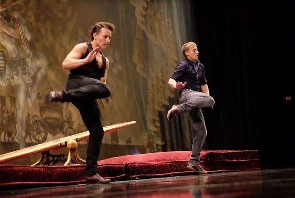 Partez à la rencontre de Patrick et de Slava deux artistes acrobates dans le show « OhLaLa » !