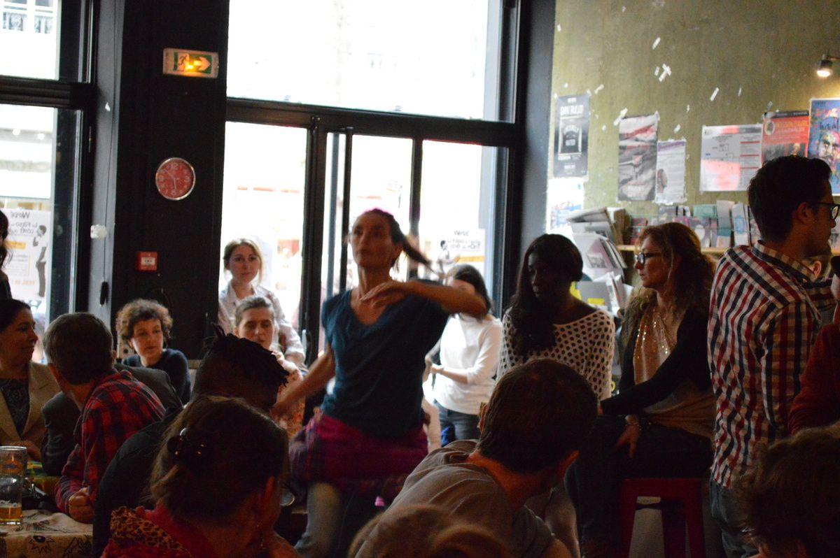 Marianne investit chorégraphiquement le bar De l'autre côté du Pont (©Stéphanie Jamonneau)