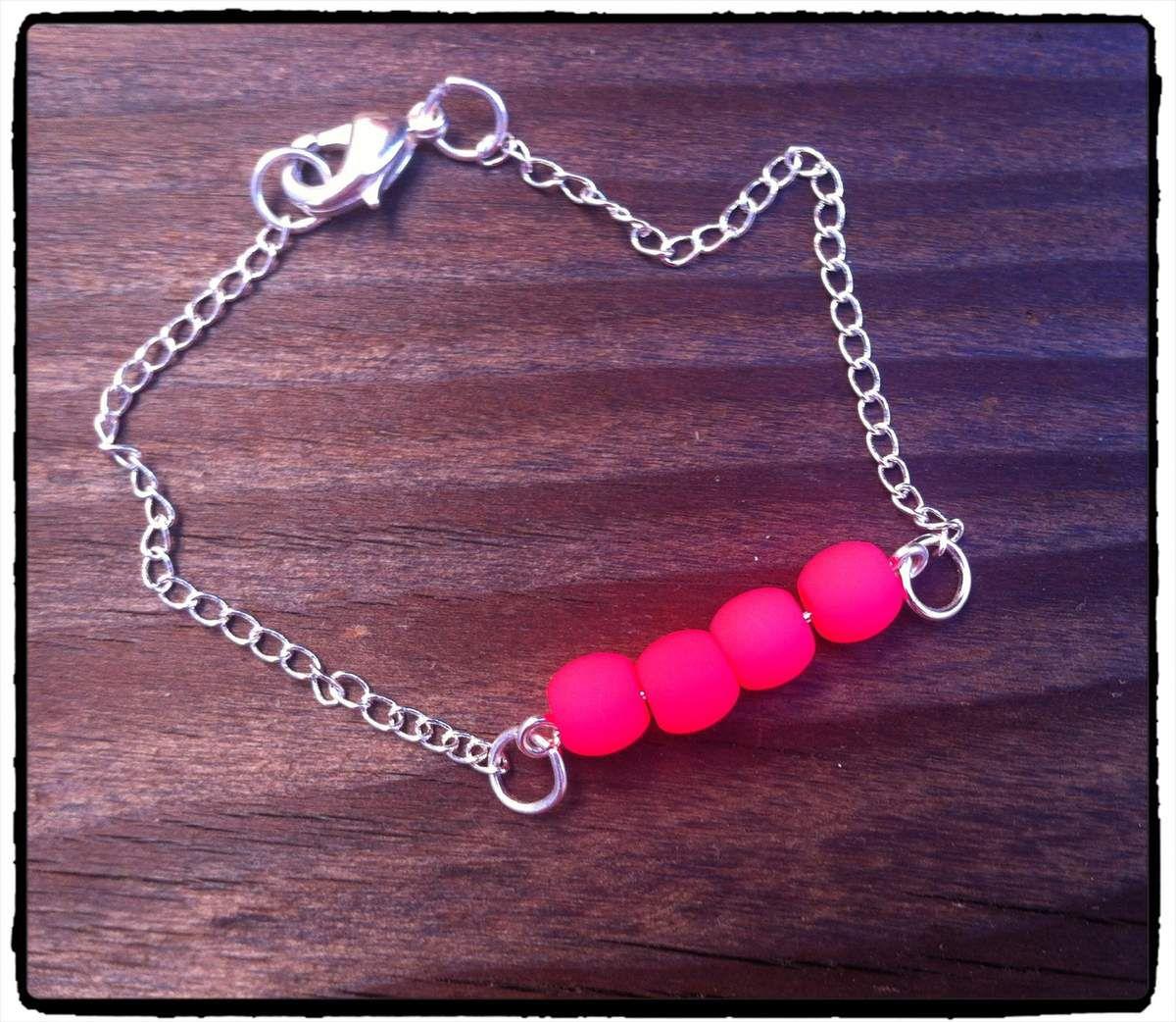 Bracelet perles roses fluo