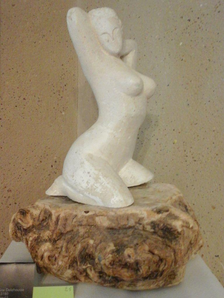 Femme à genoux sur un rocher