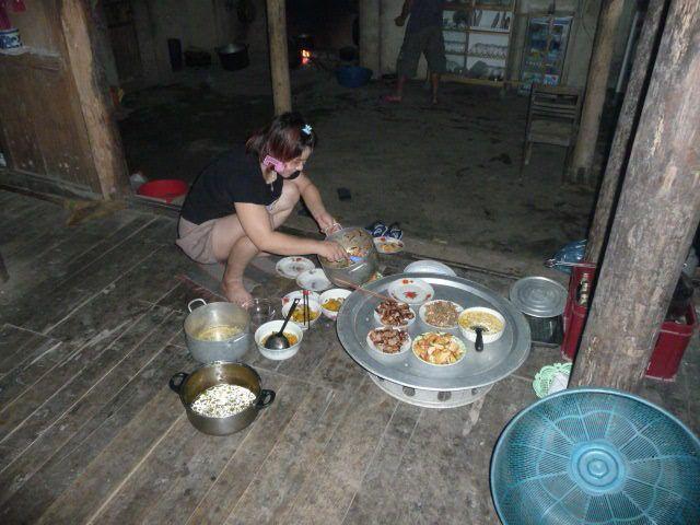 """au """" cho """" , poisson , porc , le Commandant , la roue à aubes , maison en constrution , repas sec , la Générale aux fourneaux . ."""