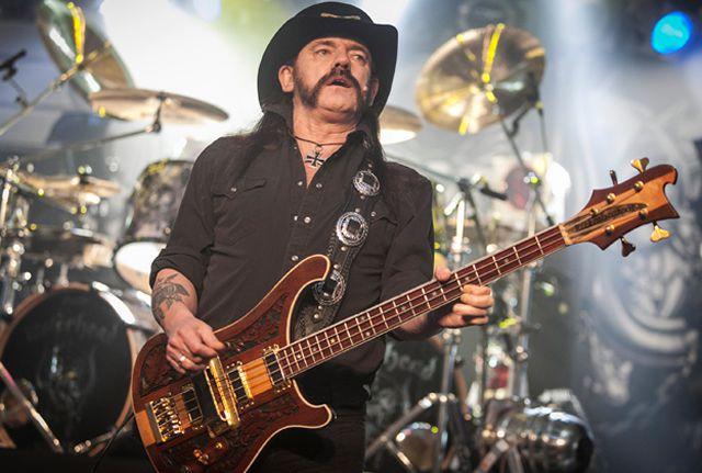 """Ian """"Lemmy"""" Kilmister, chanteur, bassiste et fondateur du groupe Motörhead au festival de Glastonbury, le 26 juin 2015"""