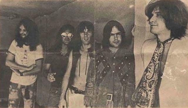 es Kinks en 1971 &#x3B; John Dalton est le deuxième en partant de la droite