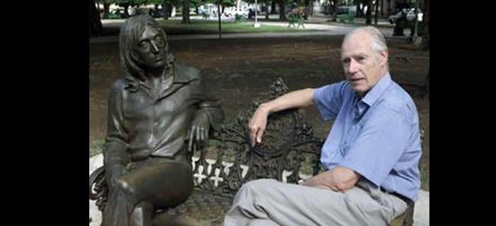 George Martin est installé à côté d'une statue de John Lennon, en octobre 2002, dans un parc de La Havade baptisé du nom du chanteur