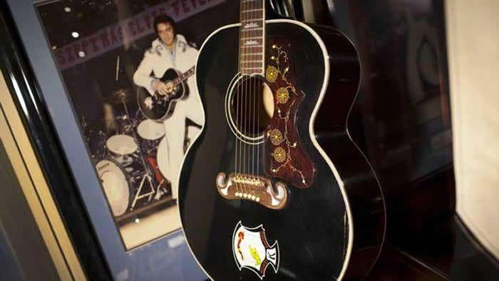 Évaluée entre 200.000 et 300.000 dollars par la maison d'enchères Julien's, cette guitare d'Elvis Presley a été adjugée à 334.000 dollars ce samedi à New York