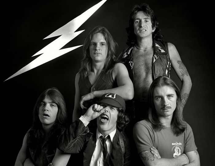 AC/DC en 1976 : Malcolm Young, Mark Evans, Angus Young, Bon Scott, Phil Rudd (de gauche à droite). (©Martyn Goddard / Rex Fe/REX/SIPA)
